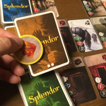 山札の一番上のキープするカードと黄の宝石の写真画像