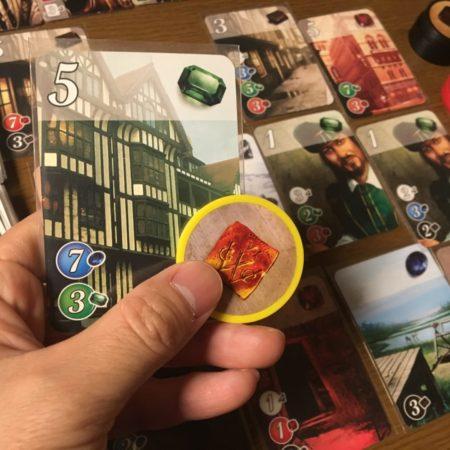 キープするカードと黄の宝石の写真画像