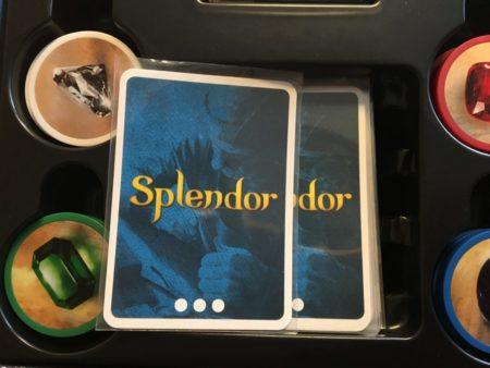 スリーブにいれたカードを収納する写真画像